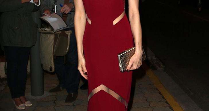 Olga Kurylenko valde en klassiskt blodröd klänning med spännande cut-outs på en tillställning i Cannes.