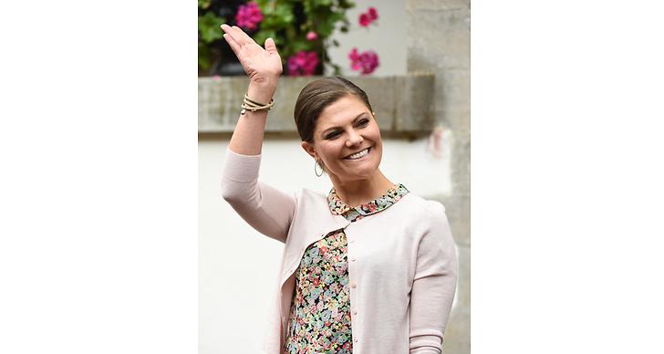 """Kronprinsessan Victoria delade ut priset """"årets homo"""" till Jonas Gardell under QX-galan 2013. Där hon fick stående ovationer och sa """"Vi ska torka varandras tårar med öppna hjärtan""""."""