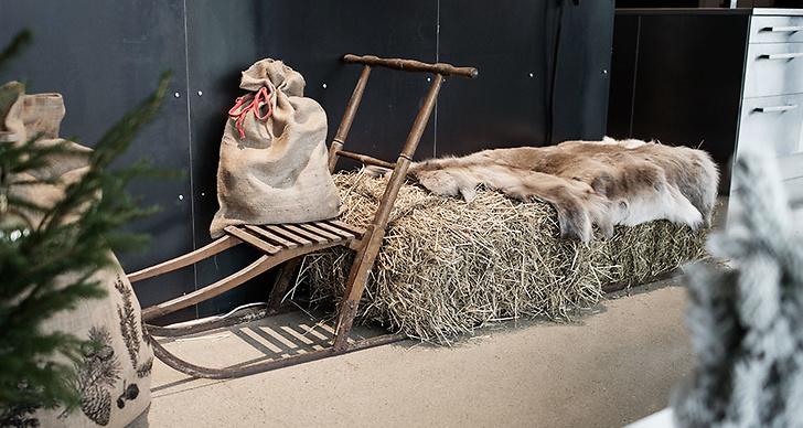 Gammal spark med halmbalar och renfäll på funkar som extra sittplats.
