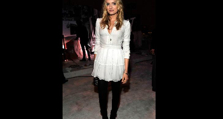 Lily Donaldson i söt klänning.