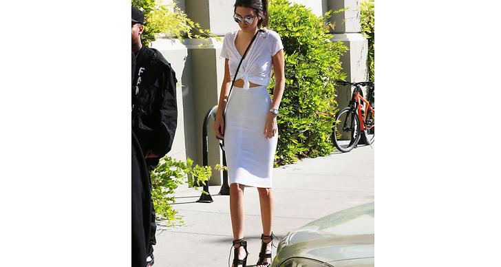 Kendall vet hur man piffar upp en vanlig t-shirt! Ett hett tips för den som har massor med basplagg i garderoben.
