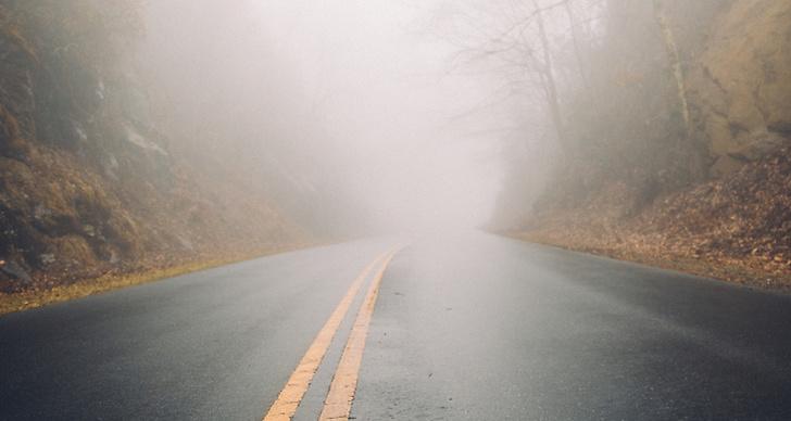 En ödslig väg med dimma