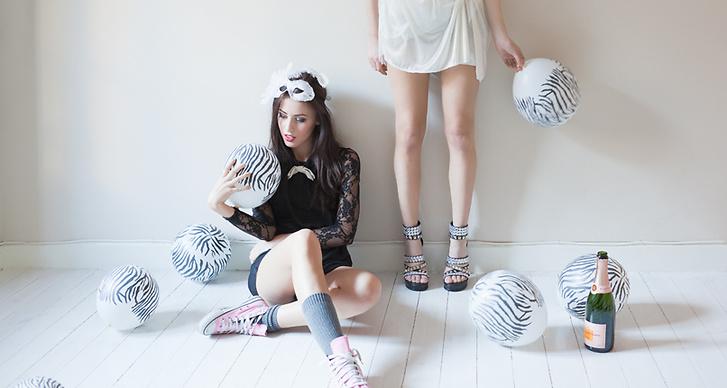 Klänning: Jouline.se. Trosor – Gina tricot. Tyllkjol (avklippt underkjol) och t-shirt: Beyond Retro.