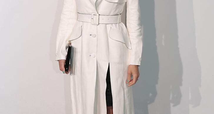 Marion Cotillard bryter av den fina vita trenchcoaten och den strama frisyren med ett par lekfulla, neonfärgade tår.