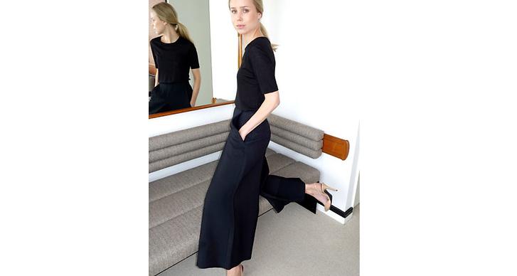 Bloggaren Elin Kling i ett par snygga croopade byxor som hon matchar med pumps.