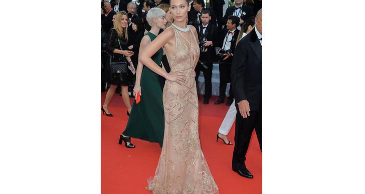 Bella Hadid valde en nudefärgad klänning dekorerad med paljetter.