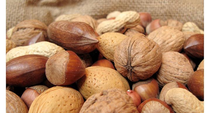 Nötter innehåller massvis av nyttiga fetter. Det stärker dina naglar, ditt hår och gör huden mjuk och smidig.