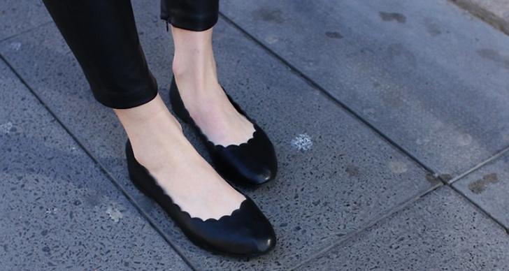 Små ballerinaskor i svart läder.