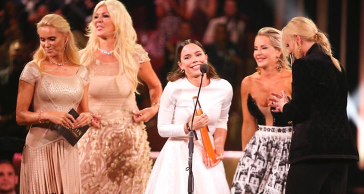Från vänster står Anna Anka, Maria Montasami och Hedda på scenen under prisutdelningen av kristallen 2018.