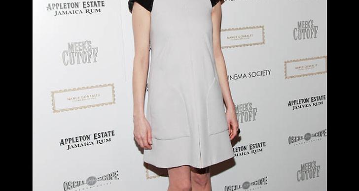 ... har på sig en sextiotalsinspirerad klänning i svart och vitt.