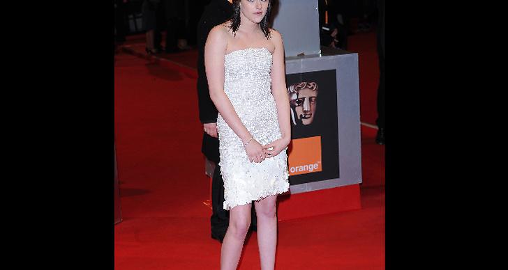 Hon ser måttligt road ut över att vara på British Academy Film Awards.
