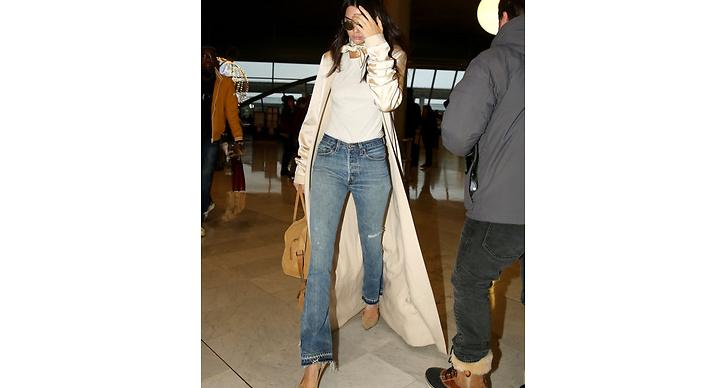 Vårfint med ljusa, utsvängda jeans. Hon matchar här med jacka, väska och skor i olika toner av beige.
