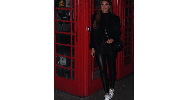Bianca matchar lacktights med vita sneakers – snyggt!