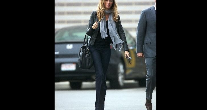 Jeans, skinnjacka, stor väska..