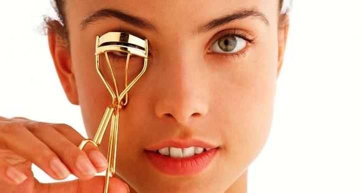73% av Sveriges tjejer vill främst framhäva ögonen när de sminkar sig. En ögonfransböjare är ett bra redskap.