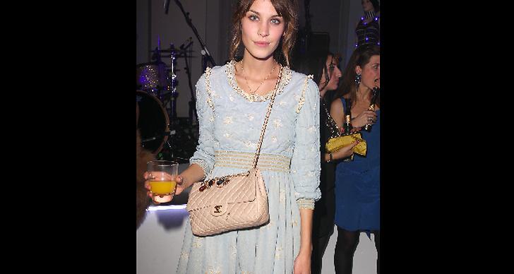 Alexa Chung med krämfärgad väska och pastellblå klänning, snyggt!