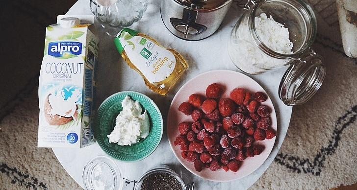 Du behöver: 1 sked kokosmjök, 1 dl grekiskt (eller valfri) yoghurt, en tesked honung, 2 dl frysta hallon och 1 dl frysta jordgubbar. Sen lite kokosflingor och chiafrön som topping.
