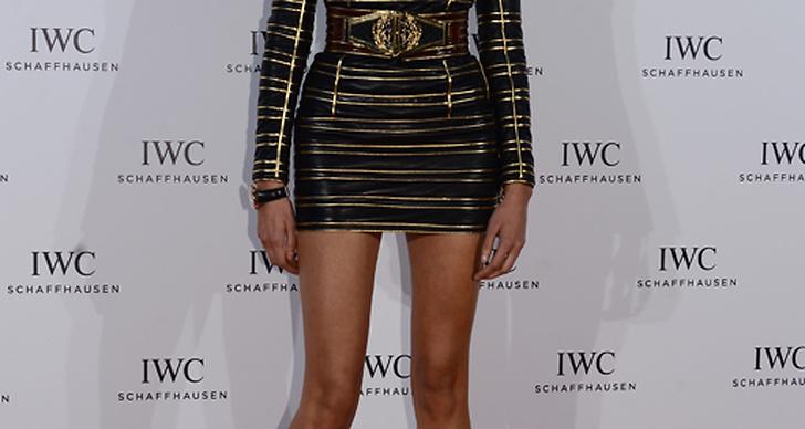 Karolina Kurkova i tight guldsvart fodral som får benen att se om möjligt ännu längre ut.