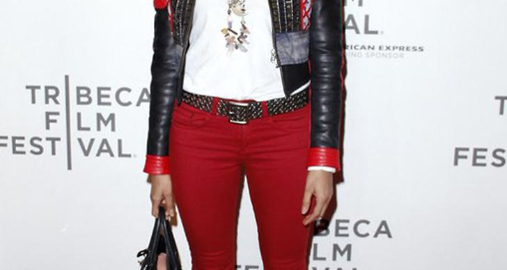 Padma Lakshmi körde en rockbohemisk look på Tribeca Film Festival. En look som funkar både till fest och vardags. Jag älskar färgmatchningen och kontrasterna med rött, svart, vitt och grått.