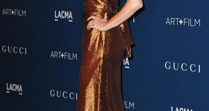 Amy Adams matchar klänningen med håret. Högglansiga material går snyggt ihop med hennes vita hy.