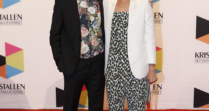 Kristian Luuk och Carina Berg. Tummen upp för Kristians blommiga skjorta!