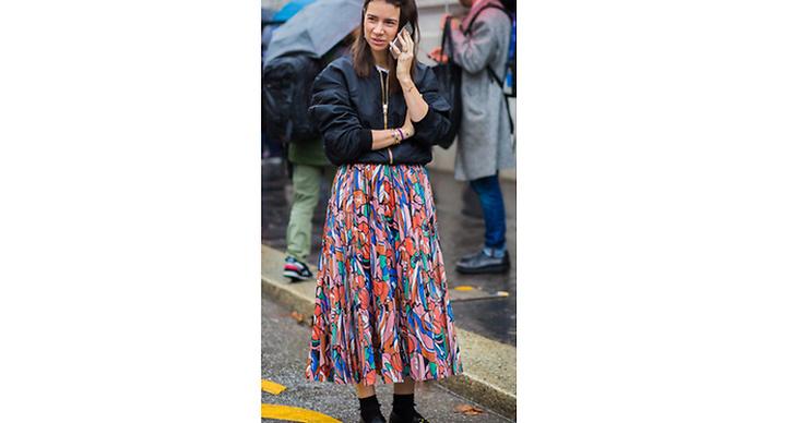 En färgglad och gullig kjol kan bli hur cool som helst tillsammans med en snygg bomberjacka.