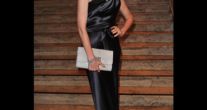 ... satsar på en klassisk klänningsmodell och matchar med accessoarer i silver.
