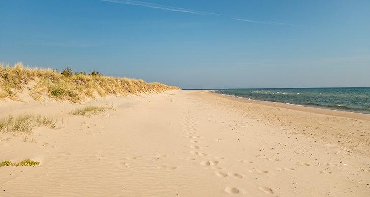 Utsikt över sandstrand och hav på Fårö, Gotland.