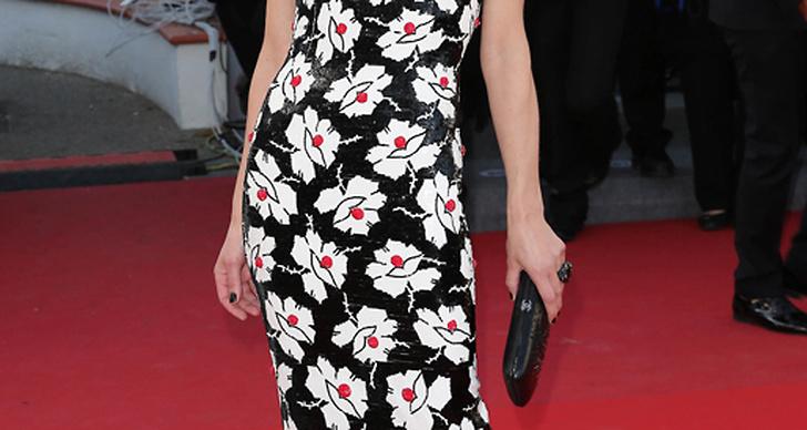 Milla Jovovich i en supertrendig blommig klänning från Chanel's Couture-kollektion.
