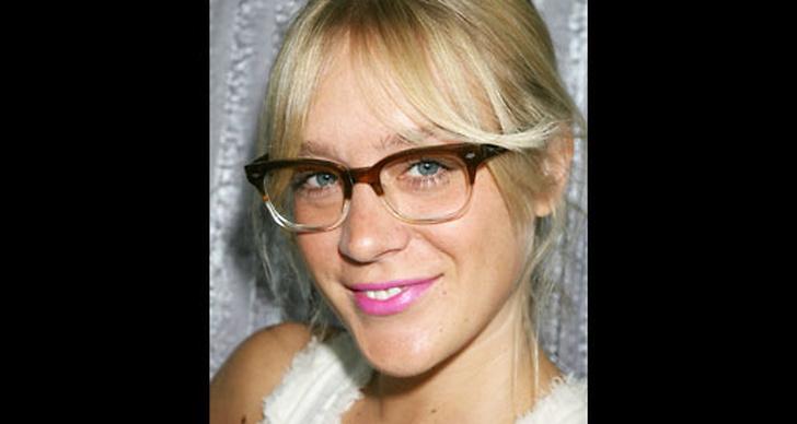 Galet snygg i nördglasögon och snyggt rosa läppar. Fräscht!?