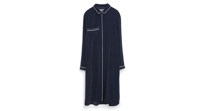 Lång mörkblå skjorta i pyjamaslock från Zara, ca 350 kr.
