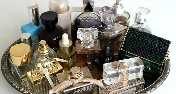 Smörj lite vaselin på huden innan du sprayar på din parfym.