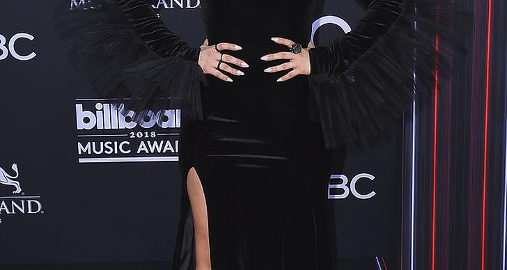 Bebe Rexha på röda mattan under Billboard Music Award 2018.