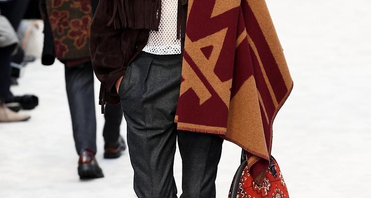 Och inte att förglömma, de oversizade väskorna i material som påminner om persiska mattor.