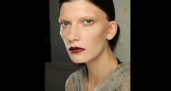 Intensivt röda lappar framhävs bäst med naturliga ögon. Här hos Givenchy.