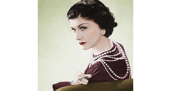 Coco Chanel revolutionerade med det i dag moderna tänket att designa kläder för kvinnors bekvämlighet och tycke – snarare än för mäns ögon.