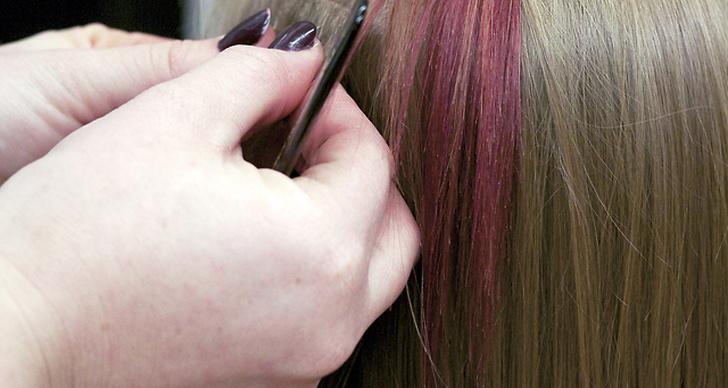 Dags för lite längd! Håret var förfärgat på samma sätt som föregående steg, och tonat för att passa ihop med det övriga håret. Metoden som används är tejp, vilket är den mest skonsamma varianten av hårförlängning.