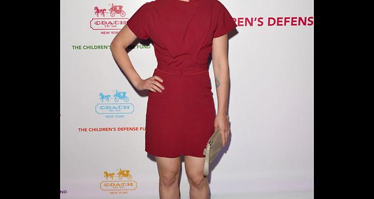 ...är snygg i vinröd klänning och nudefärgade skor.