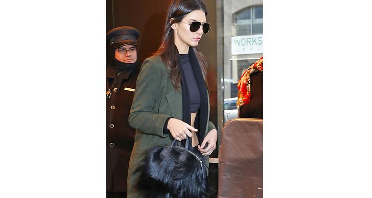 Kendall kör en avslappnad look med militärgrön jacka, men adderar en pälsväska som pricken över i:et!