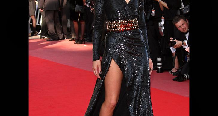 ... äntrar röda mattan i en fantastisk klänning med slits.