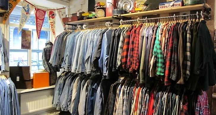 Där säljer de bland annat jeansjackor, flanellskjortor...
