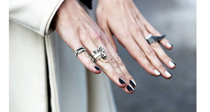 Sprukna naglar och slitna nagelband beror på uttorkning. Glöm inte att dagligen smörja in dina naglar med nagelkräm för ett fint resultat.