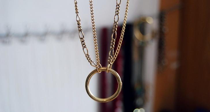 Vi har använt en ring som blickfång men det går bra att använda en gammal brosch eller liknande