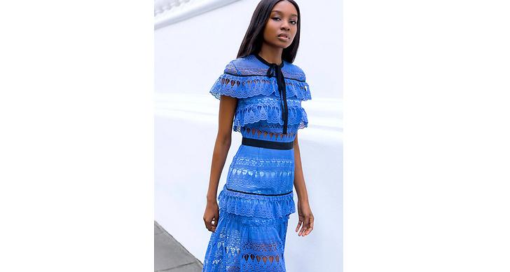 Fynda romantiska klänningar. Second hand-butikerna brukar krylla av plagg i den här stilen, så pricka in två trender i en och kombinera spets och volanger.