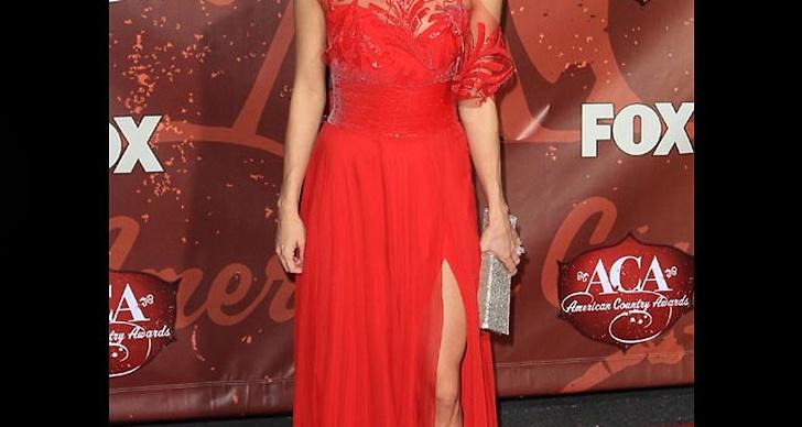 ... är snygg i röd klänning med slits.