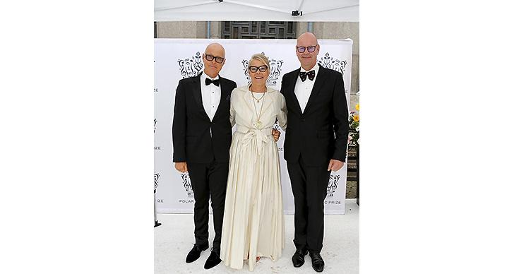Marie Ledin med bröderna Hasse och Anders Andersson. Älskar kjolen!