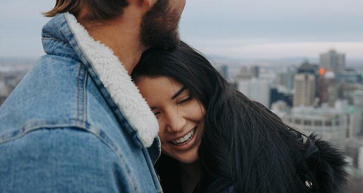 En tjej och en kille står och kramar varandra