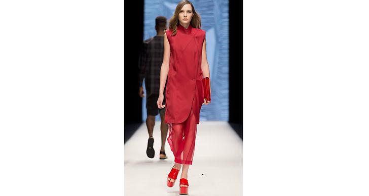Whyred menar tt man ska klä sig i rött från topp till tå. Gärna med enstaka plagg i rockigt lack.