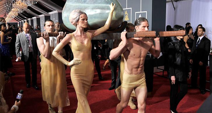 I år äntrade Gaga The Grammy Awards inuti ett ägg.
