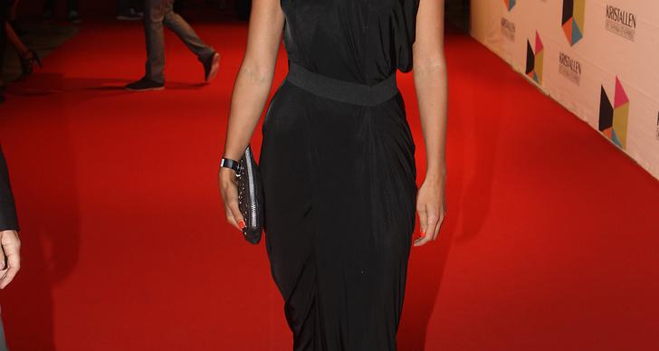 Malin Ohlsson var klassiskt snygg i svart draperad klänning